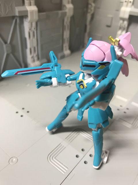 アニマギア6 04 サクラギア バイザー装備で武器を構えたポーズ